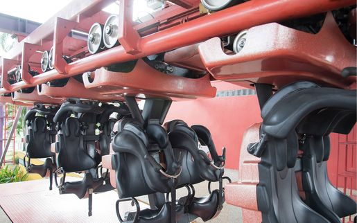 Highly elastic padding elements on amusement park rides